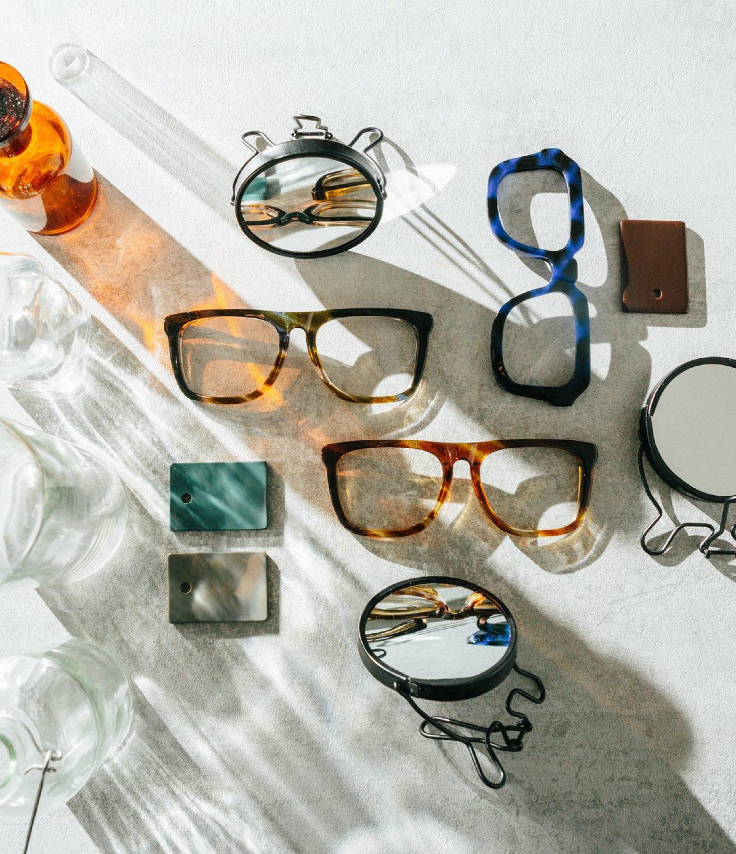 Simple brillen en zonnebrillen - Frames and Faces